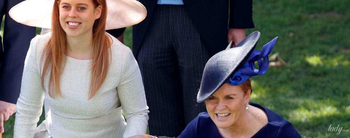 Неловкий момент: Сара Йоркская чуть не упала во время реверанса королеве Елизавете II