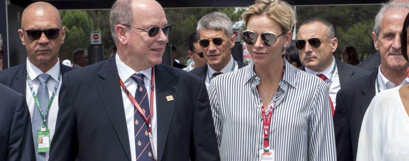 В полосатой рубашке и за руку с мужем: княгиня Шарлин на мероприятии во Франции