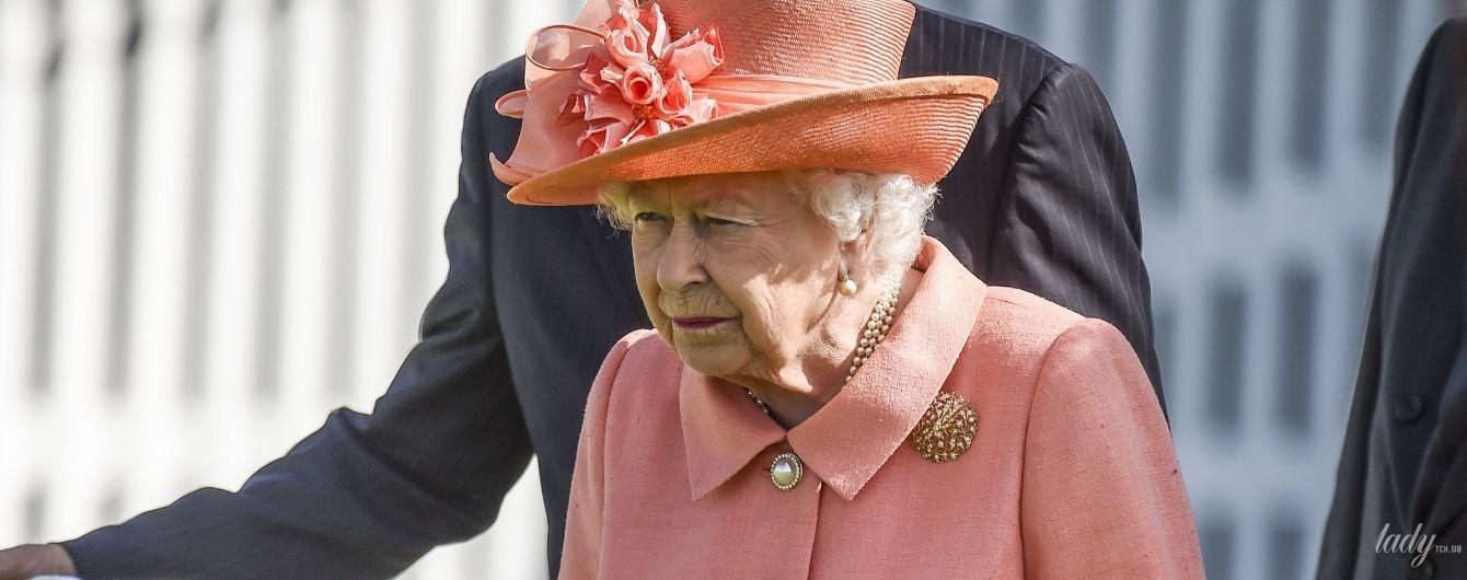 В коралловом пальто и в компании супруга: королева Елизавета II на турнире по поло