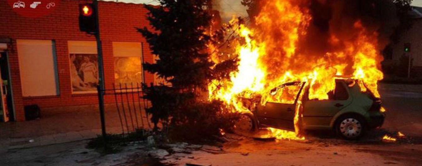 Под Киевом из-за аварии дотла сгорел Volkswagen. Видео с камер наблюдения