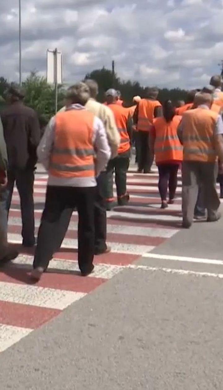 Километровая пробка на трассе Киев-Чоп: работники Житомирского облавтодора перекрыли дорогу