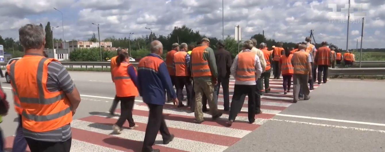 Работники Житомирского облавтодора перекрывали международную трассу из-за долгов по зарплате