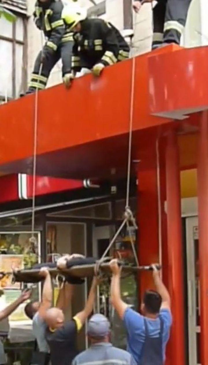 На Кіровоградщині на очах у перехожих жінка вивалилася із вікна квартири