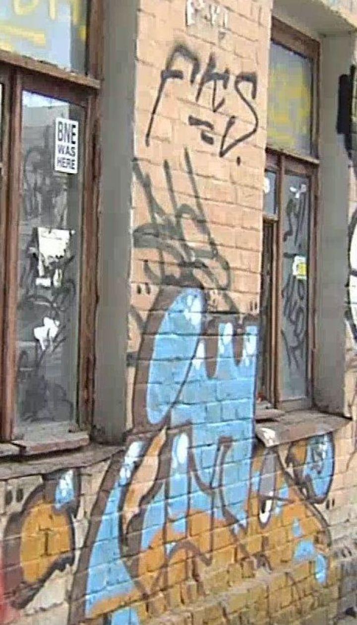 Как в столице рекламируют наркотики прямо на стенах сооружений