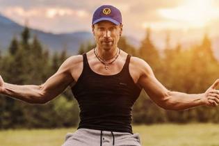 Олег Винник в обтягивающей майке продемонстрировал мускулистый торс