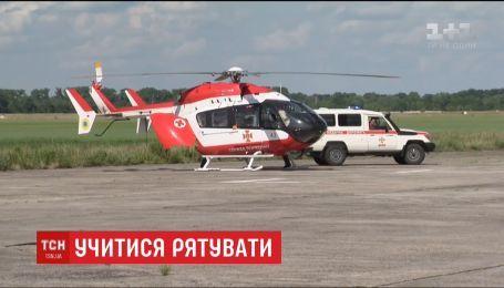 На трассе Киев-Глухов украинские спасатели отработали аэродинамическую эвакуацию