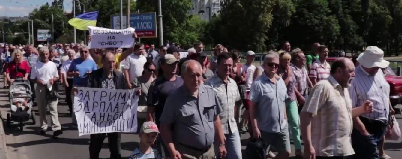 С пустыми кастрюлями и мисками: работники сумского завода протестовали из-за долга по зарплам