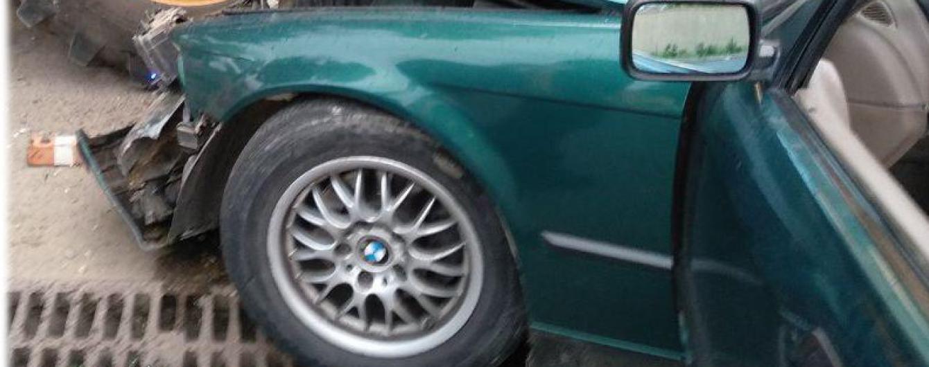 В Одессе водитель BMW въехал в припаркованный трактор, есть пострадавшие