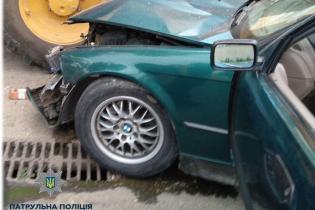 В Одесі водій BMW в'їхав у припаркований трактор, є постраждалі