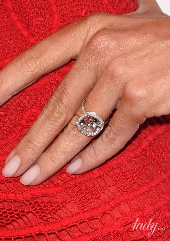 Зірки люблять діаманти  які обручки дарують відомим особам на ... b9bacaa8dc53c