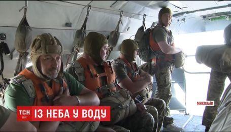 Украинские десантники отработали прыжки с парашютом в воду