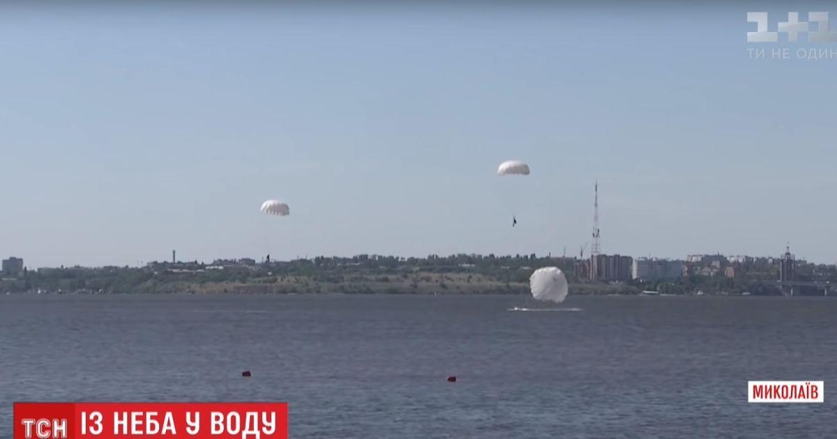 Полторы сотни украинских десантников совершили прыжки с парашютом на воду