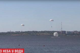 Півтори сотні українських десантників здійснили стрибки з парашутом на воду