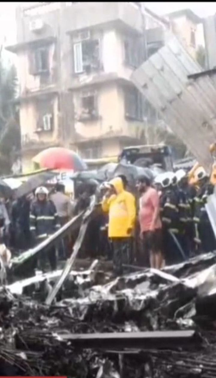 Пять человек погибли в результате падения самолета на строительную площадку в Мумбаи