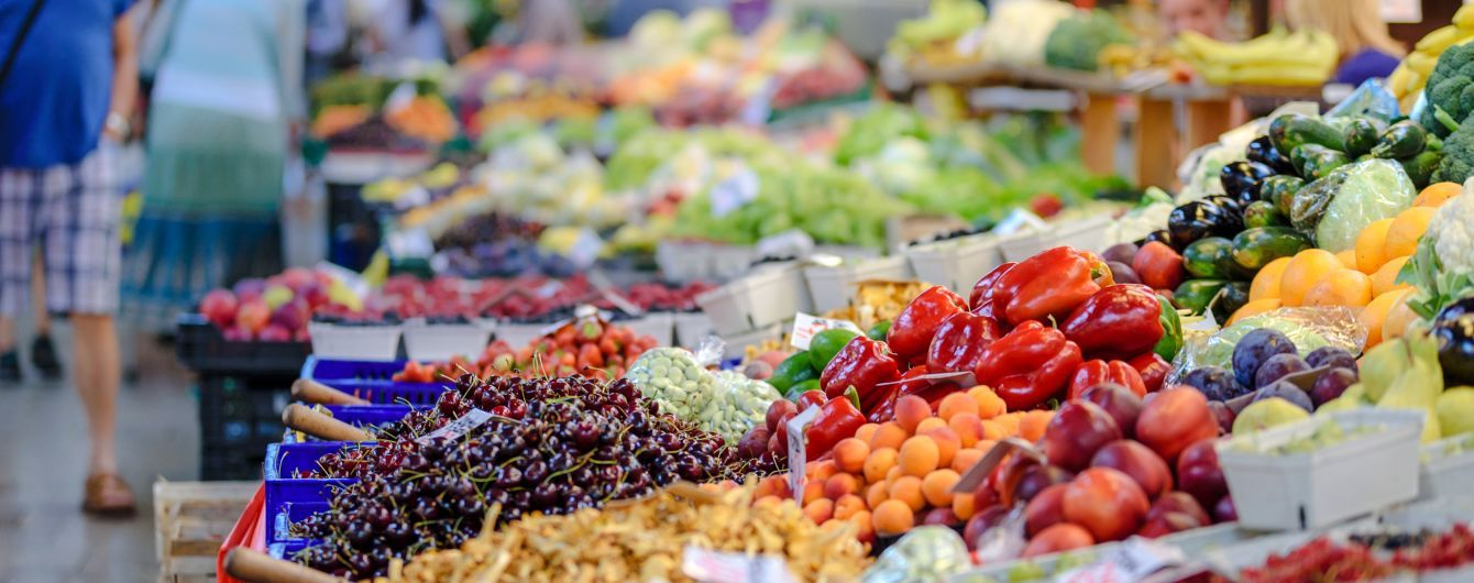 В Украине впервые за год снизились потребительские цены: больше всего подешевели фрукты, овощи и яйца