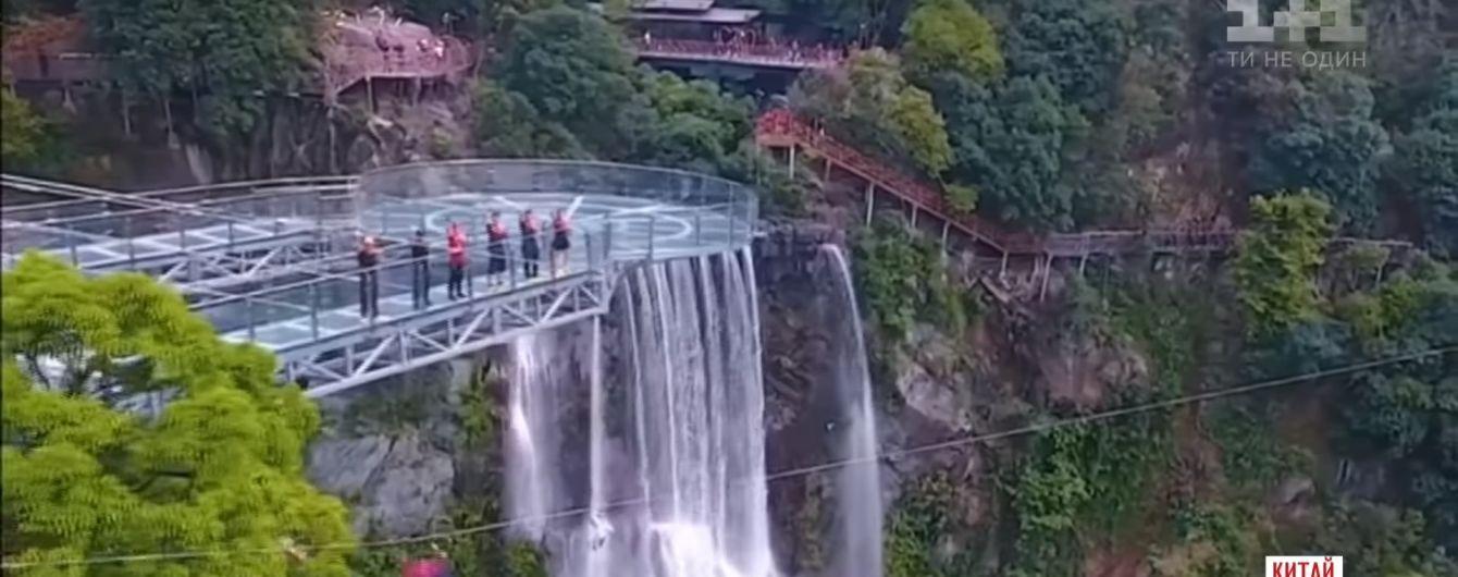 В Китае появился самый длинный стеклянный мост и прозрачная смотровая площадка над пропастью