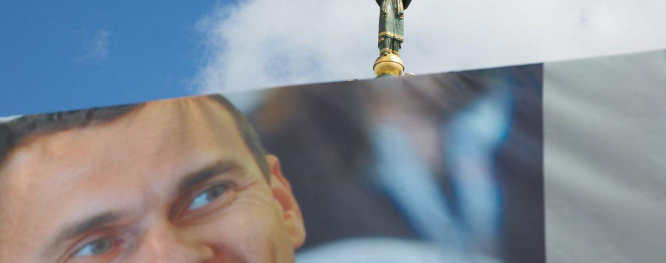 Сотни людей собрались на Майдане Независимости отпраздновать день рождения Сенцова