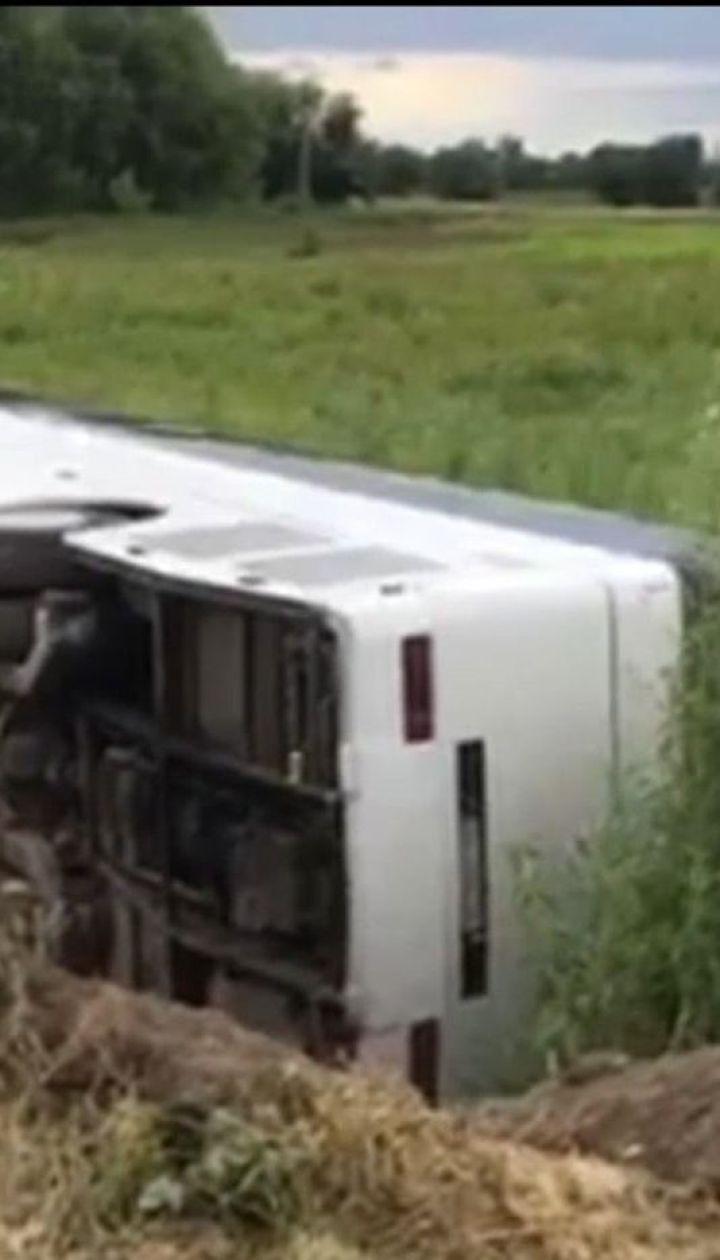 На Рівненщині перекинувся переповнений автобус