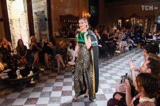 48-летняя Ума Турман в леопардовом платье с высоченным разрезом вышла на подиум