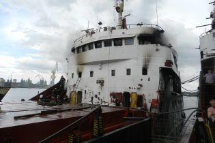 От палубы до рубки: на Херсонском причале огонь охватил судно