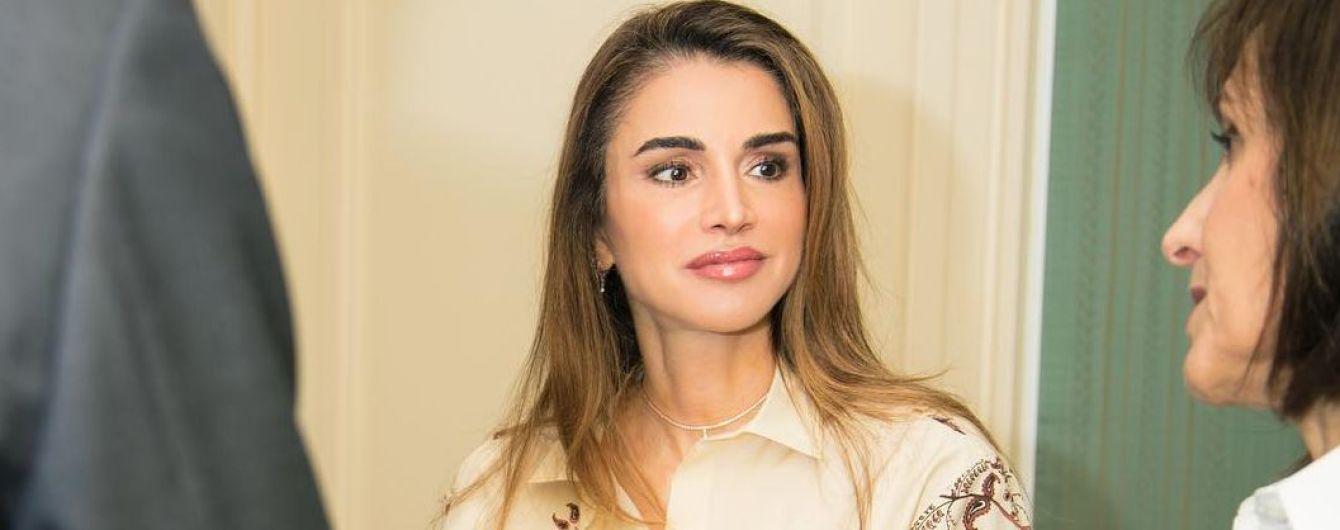 В роскошной блузке от Dior: королева Рания продемонстрировала деловой образ