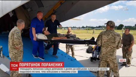 Самолет с тринадцатью ранеными на Донбассе бойцами прибыл в Одессу