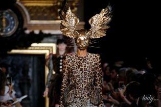 Заячьи уши, перья и золотые маски: в Париже прошел показ знаменитого Модного дома Schiaparelli