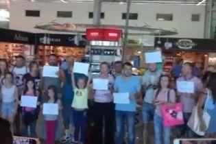 Две сотни украинских туристов застряли еще и в Албании