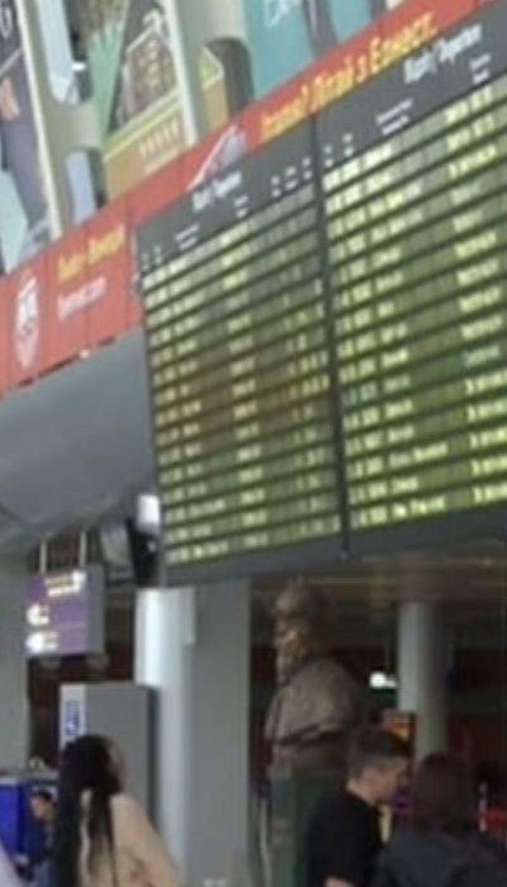 Около сотни человек уже более полутора суток не могут вылететь из Львова в Неаполь