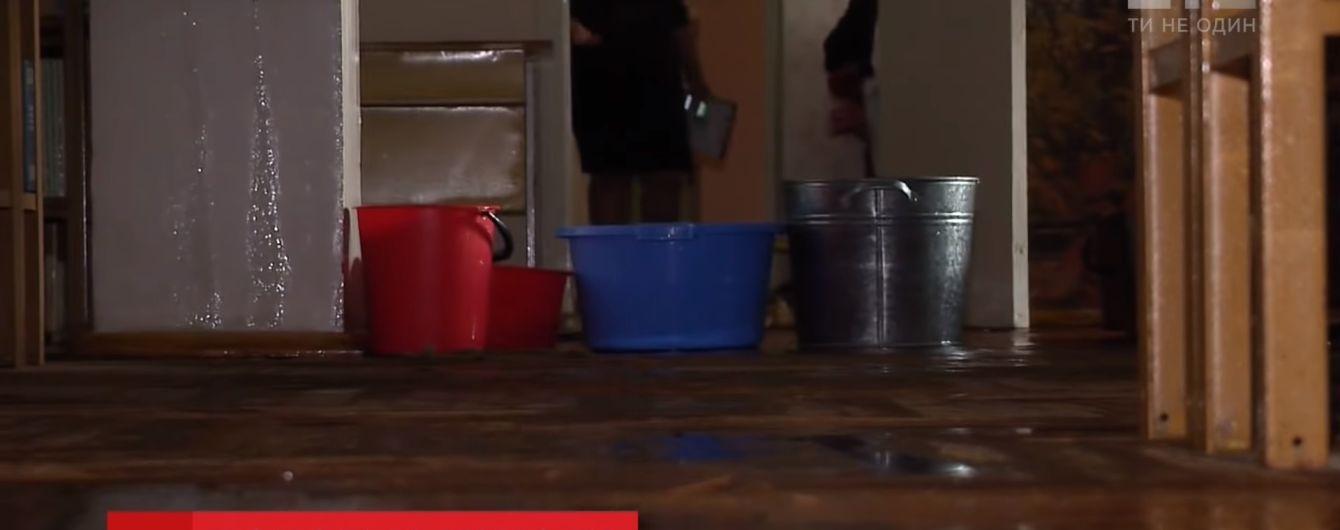 Испорченные компьютеры и бассейн вместо спортзала: в столице ливень нанес школе ущерб на миллионы гривен