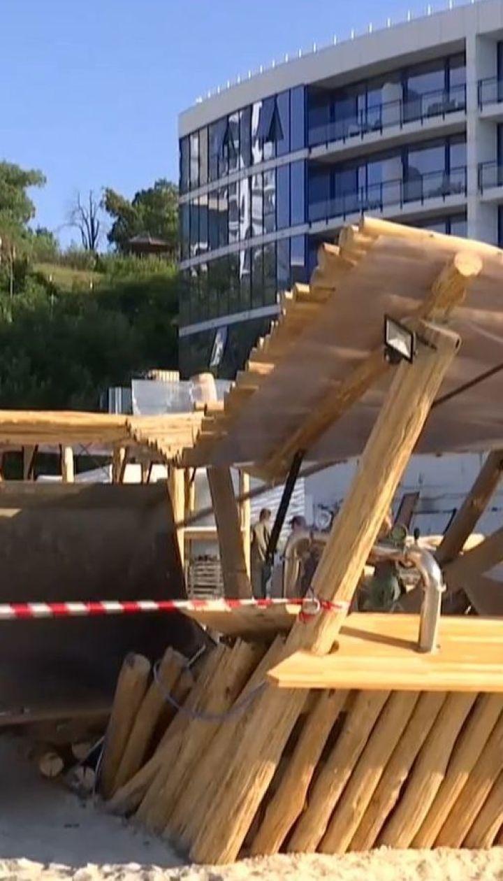 На пляжі Одеси представники мерії демонтують лежаки і будиночки