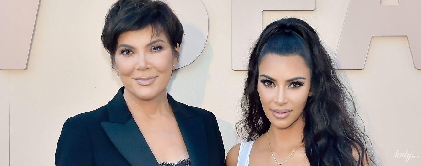 С глубоким декольте и в топе с кружевом: Ким Кардашьян и ее мама Крис Дженнер вышли на публику в эффектных образах