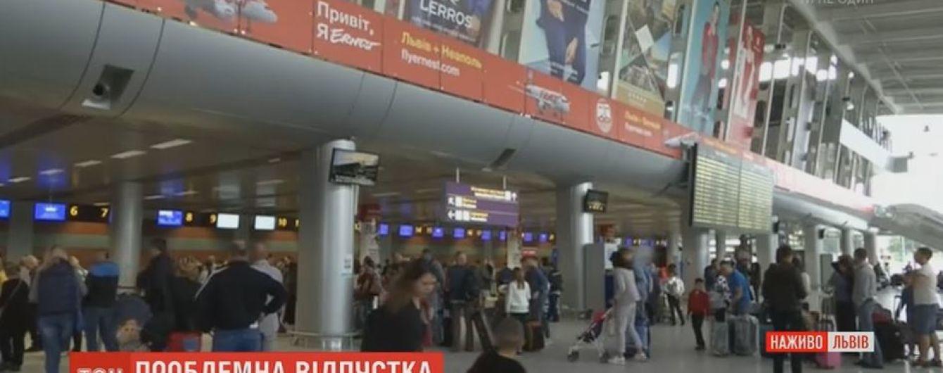 """Львівських """"заручників"""" аеропорту знову зняли з рейсу до Неаполя"""