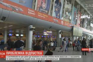 """Львовских """"заложников"""" аэропорта снова сняли с рейса в Неаполь"""
