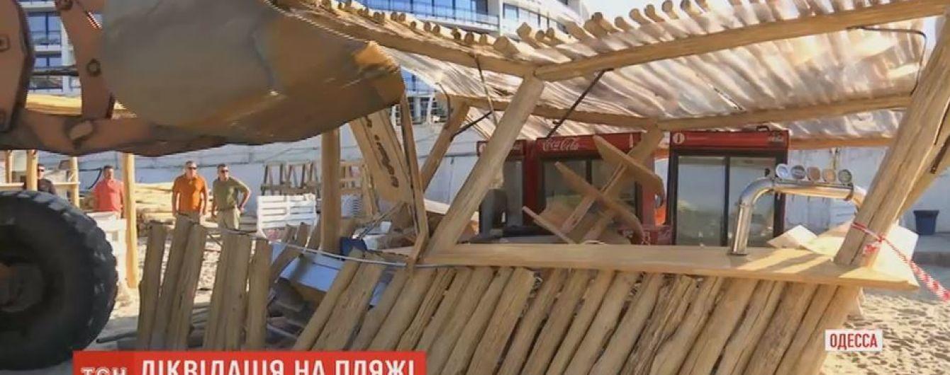 В Одесі масово почали розчищати пляжі від самовільних забудов і засилля шезлонгів