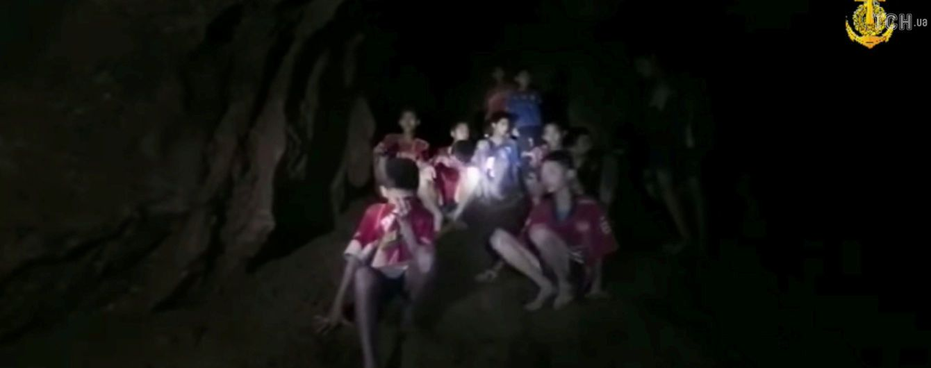 В Таиланде приостановили спасательную операцию детей, которых хотят вызволить из пещеры
