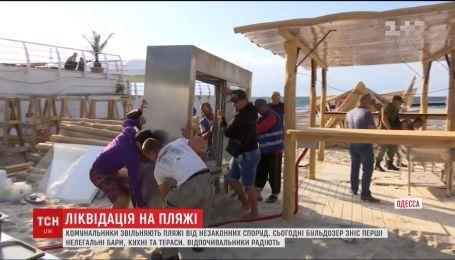 В Одессе представители мэрии взялись освобождать пляжи от самовольно возведенных строений