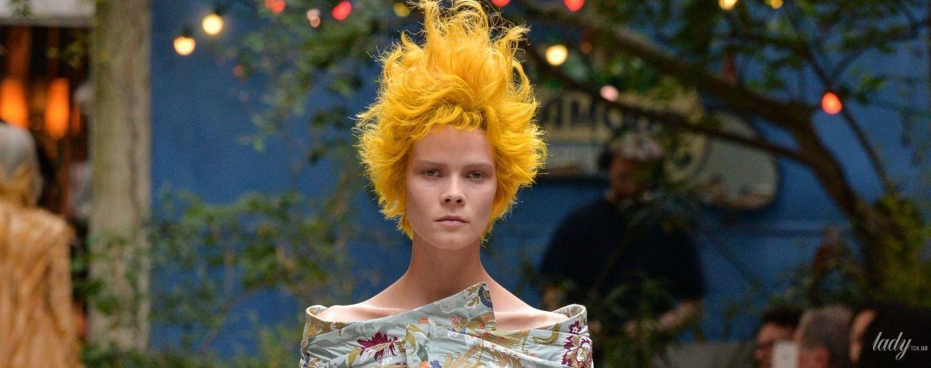 З відвертим декольте і екстравагантною зачіскою: українська модель Ірина Кравченко сяє на паризькому подіумі