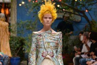 С откровенным декольте и экстравагантной прической: украинская модель Ирина Кравченко блистает на парижском подиуме