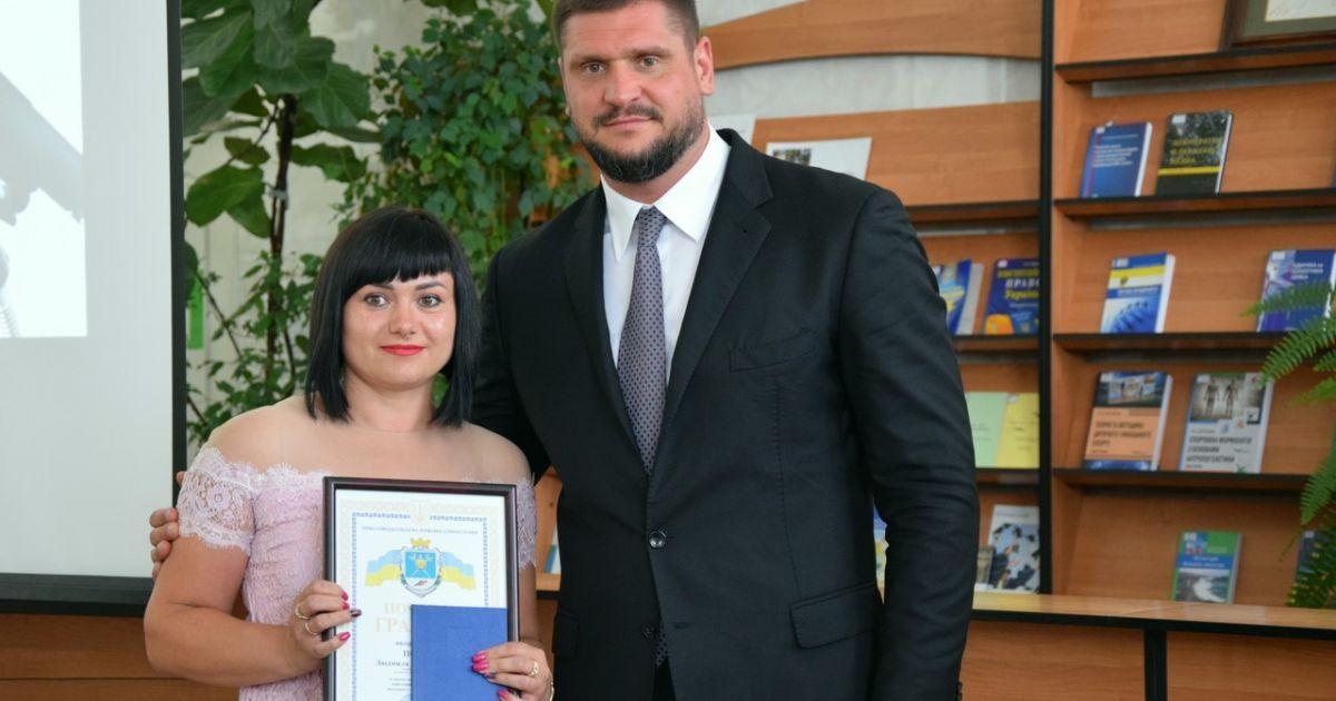 Голова Миколаївської облдержадміністрації Олексій Савченко із випускницею школи