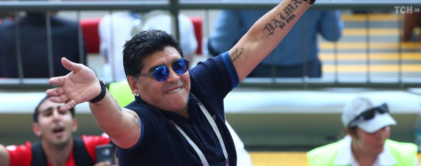 """""""Брудне святкування"""". Марадона розсмішив усіх на тренуванні, проїхавшись обличчям по калюжі"""