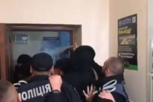 На Рівненщині активісти побилися з правоохоронцями на сесії селищної ради, поліція застосувала газ