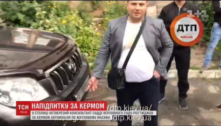 Ледь тримався на ногах, і при цьому кермував автівкою. У Києві затримали п'яного держслужбовця