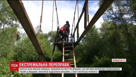Экстремальная переправа. С лестницей вынуждены перебираться через реку жители села на Прикарпатье