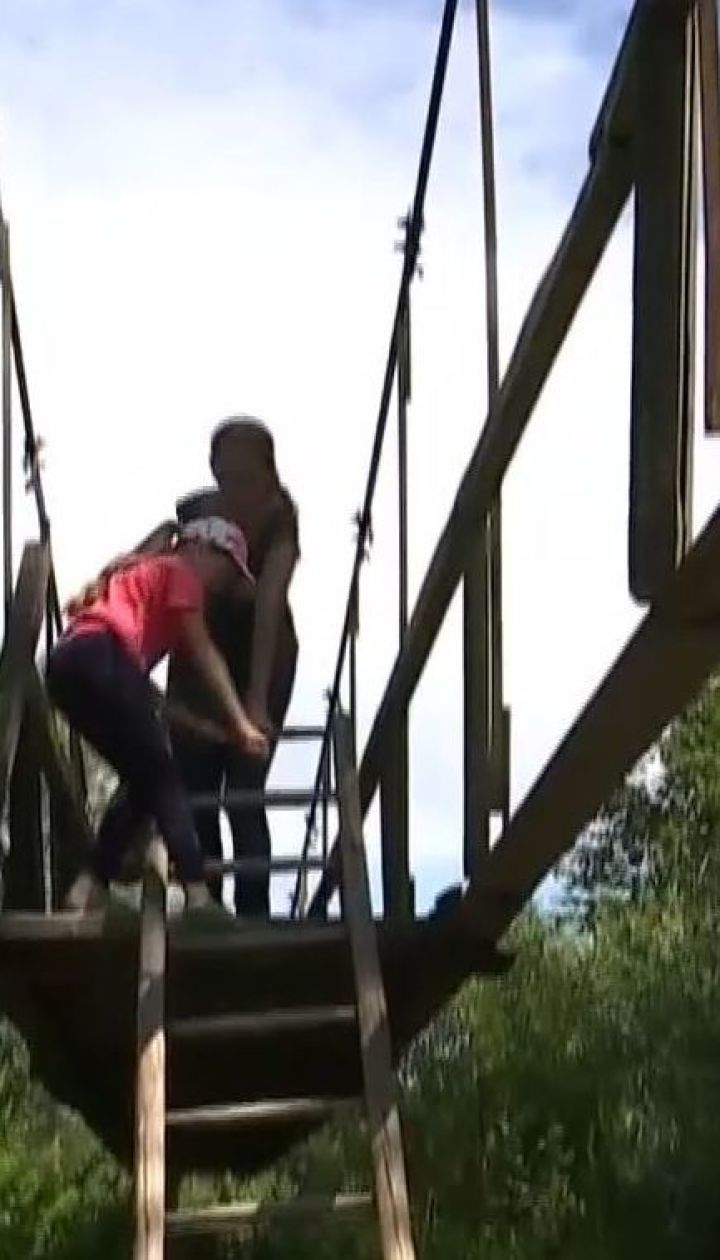 Екстремальна переправа. З драбиною змушені перебиратися через річку жителі села на Прикарпатті