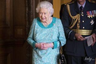 В блакитній сукні та лакових туфлях: 92-річна королева Єлизавета II вразила новим образом