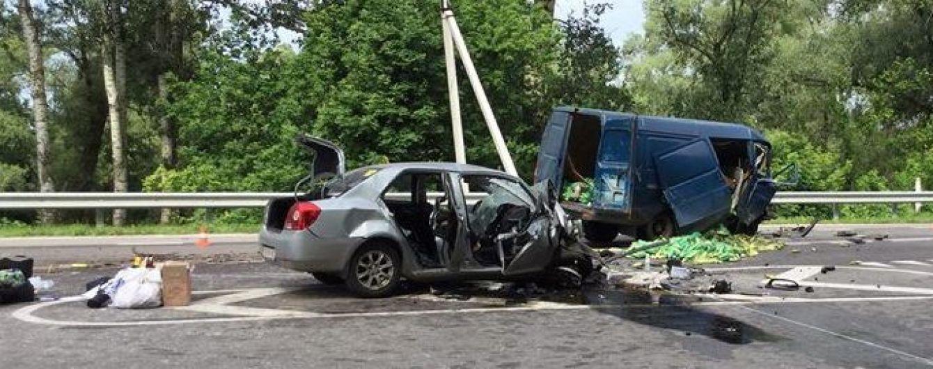 """В Чернигове в лобовом столкновении легковушки и """"Газели"""" погибли три человека"""