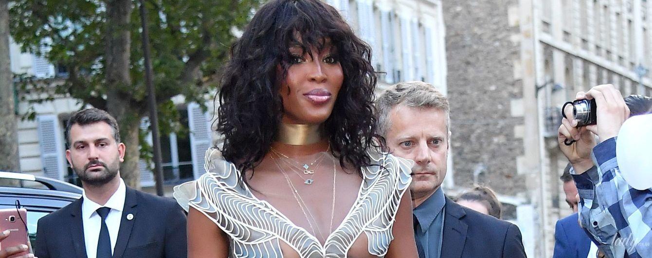 На вечеринке в Париже: Наоми Кэмпбелл сверкнула грудью в прозрачном платье