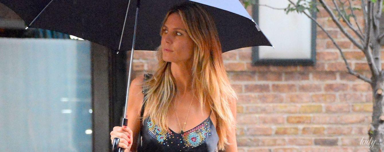 В білизняному стилі: Гайді Клум в сарафані і під парасолькою прогулялася по Манхеттену