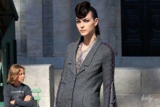 Шоу Chanel: модели в юбках с высокими разрезами на парижских улицах
